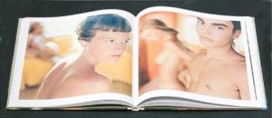 Sur l'étagère : Evidence par Mona Kuhn 2