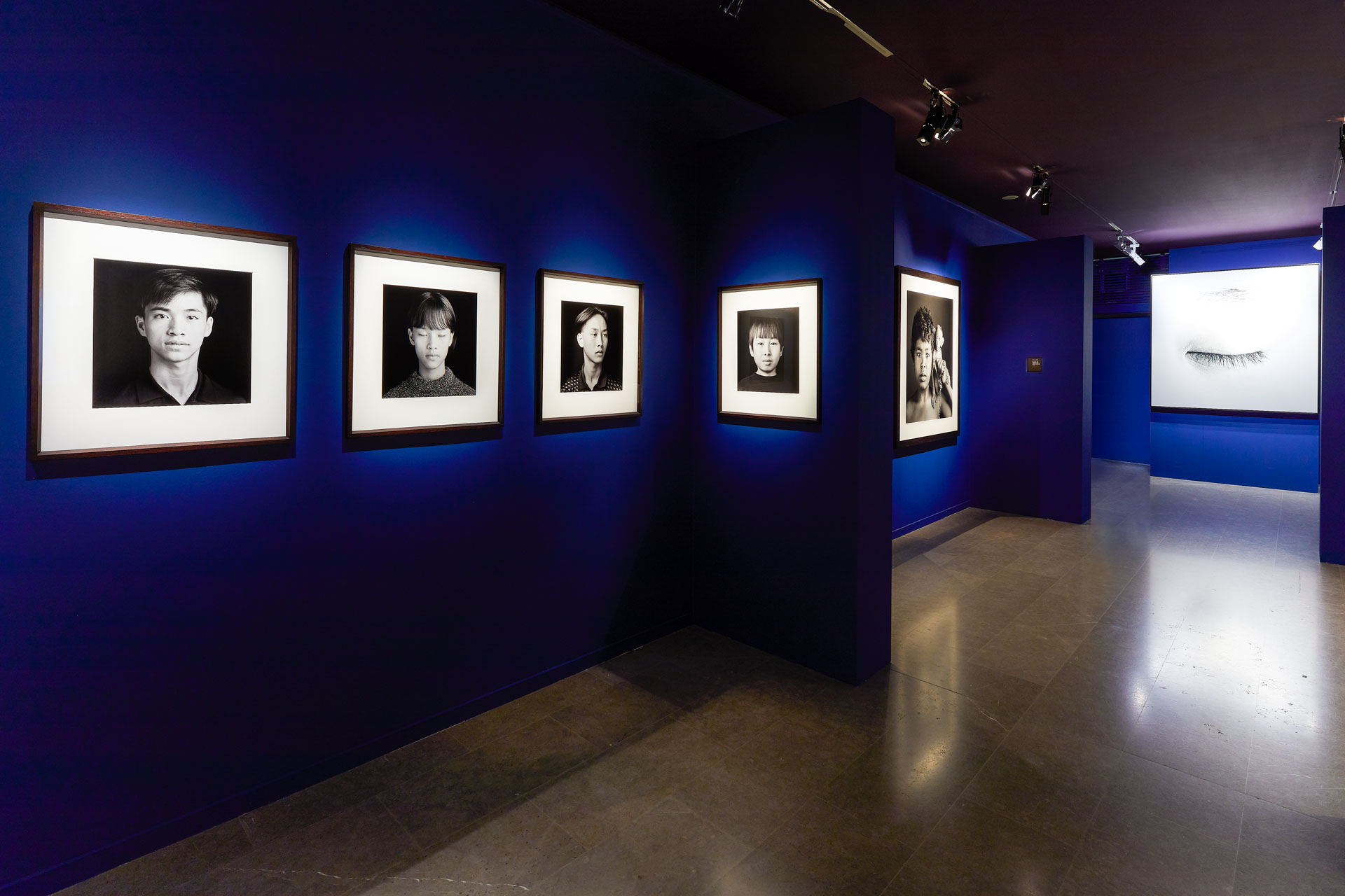 Scénographie de l'exposition Infinis d'Asie de Jean-Baptiste Huynh au musée National des Arts Asiatiques Guimet, Paris, du 20 février au 20 mai 2019.